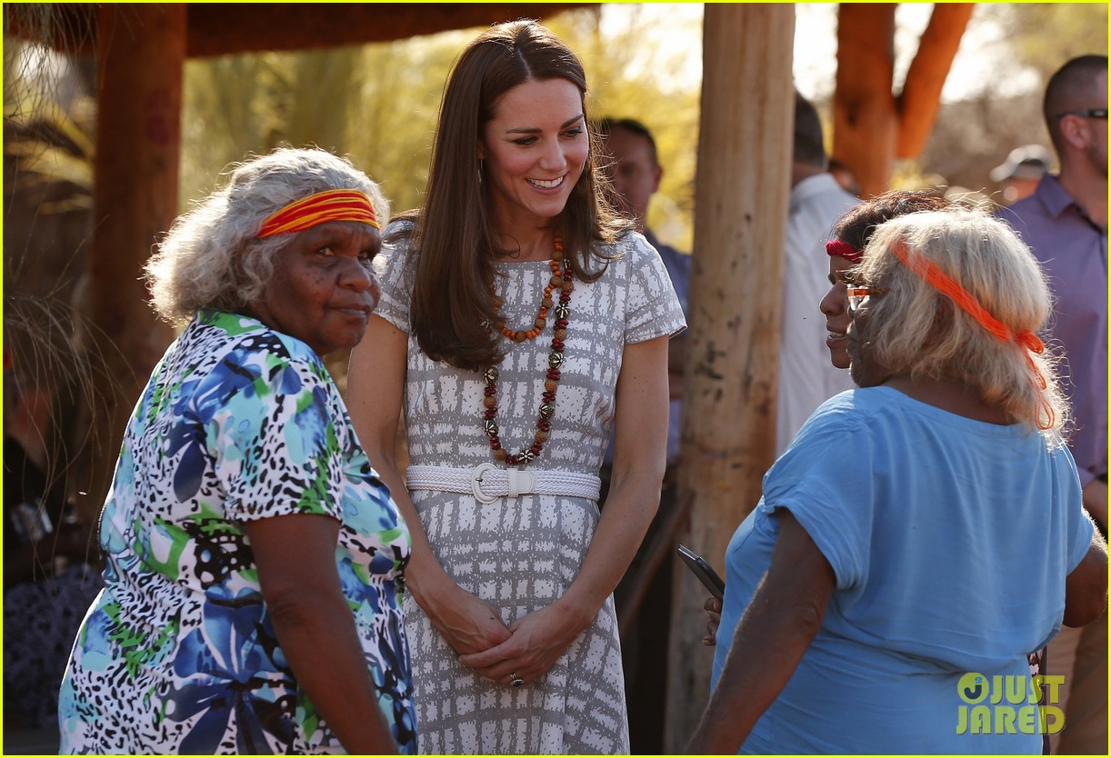 kate middleton dazzles in two dresses during visit to uluru with prince george 103096632
