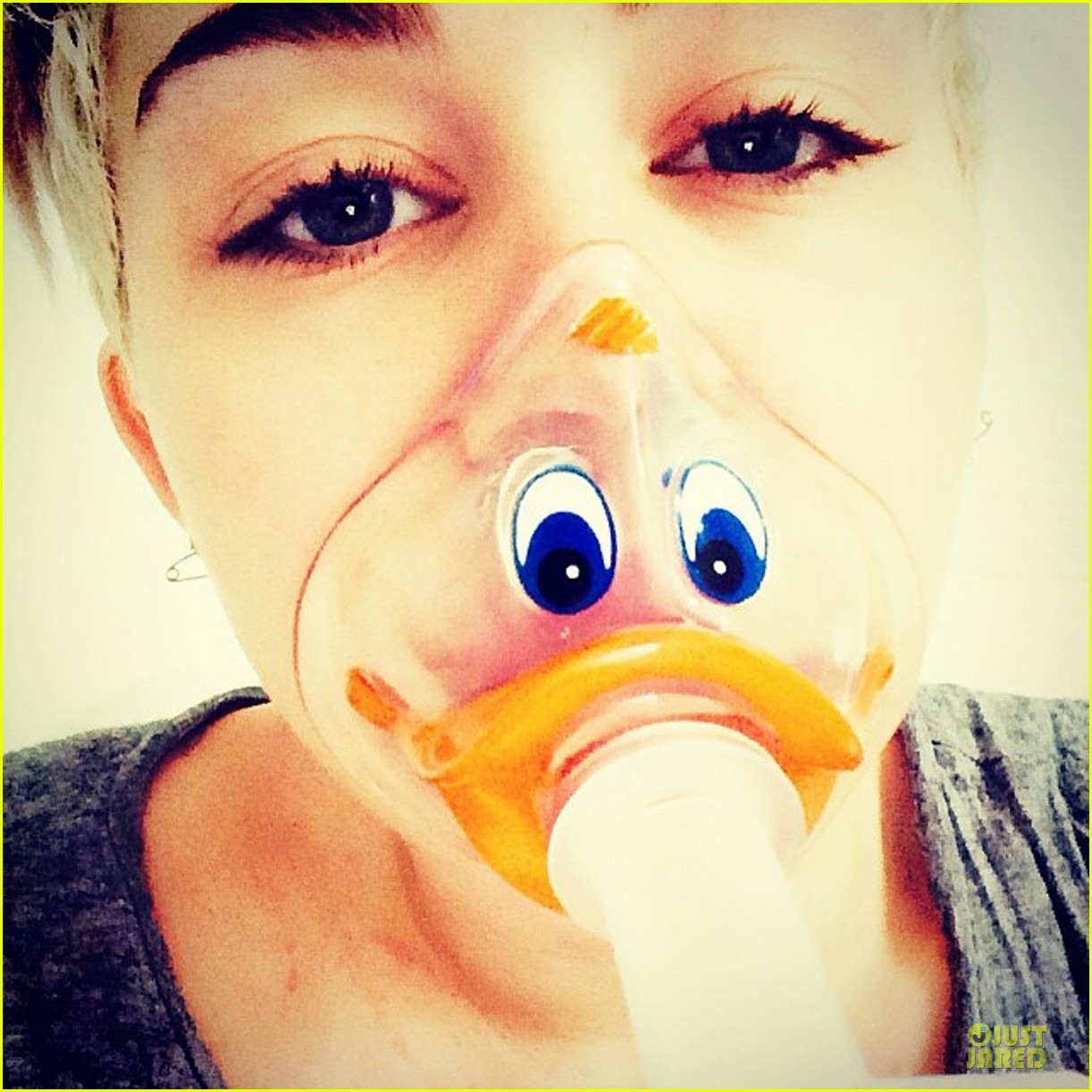 miley cyrus sports duck face oxygen mask 013095213
