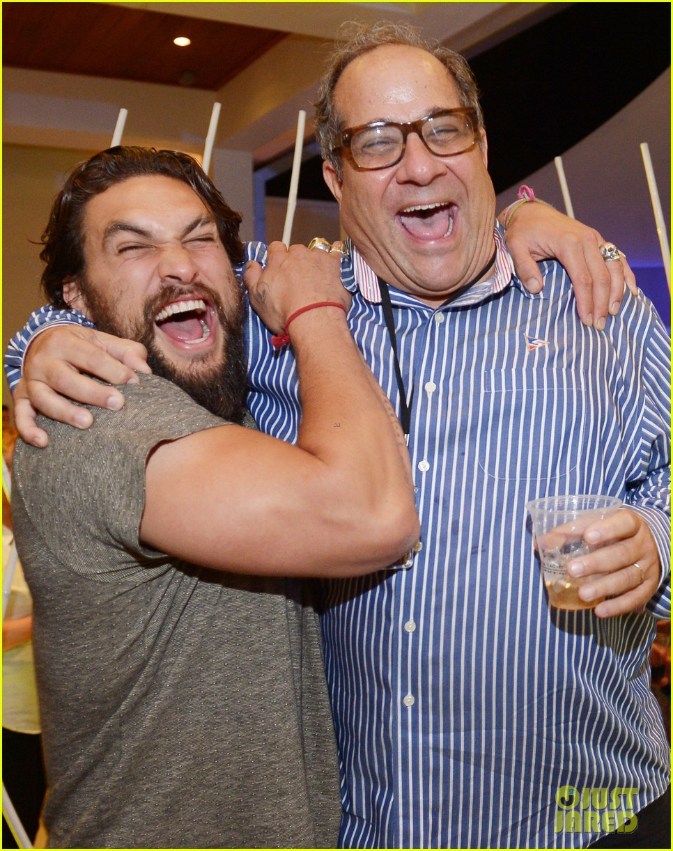 jason momoa proves master at posing for fan photos 04