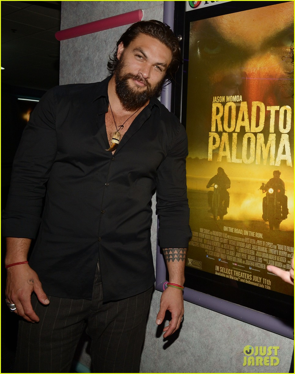 jason momoa proves master at posing for fan photos 133090861