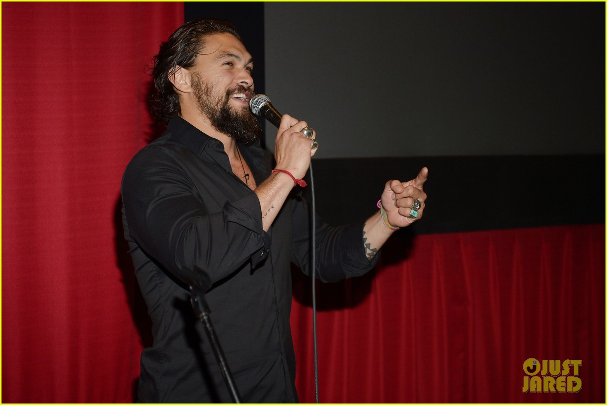jason momoa proves master at posing for fan photos 183090866