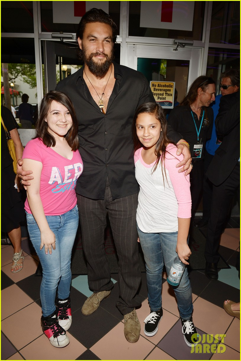 jason momoa proves master at posing for fan photos 193090867