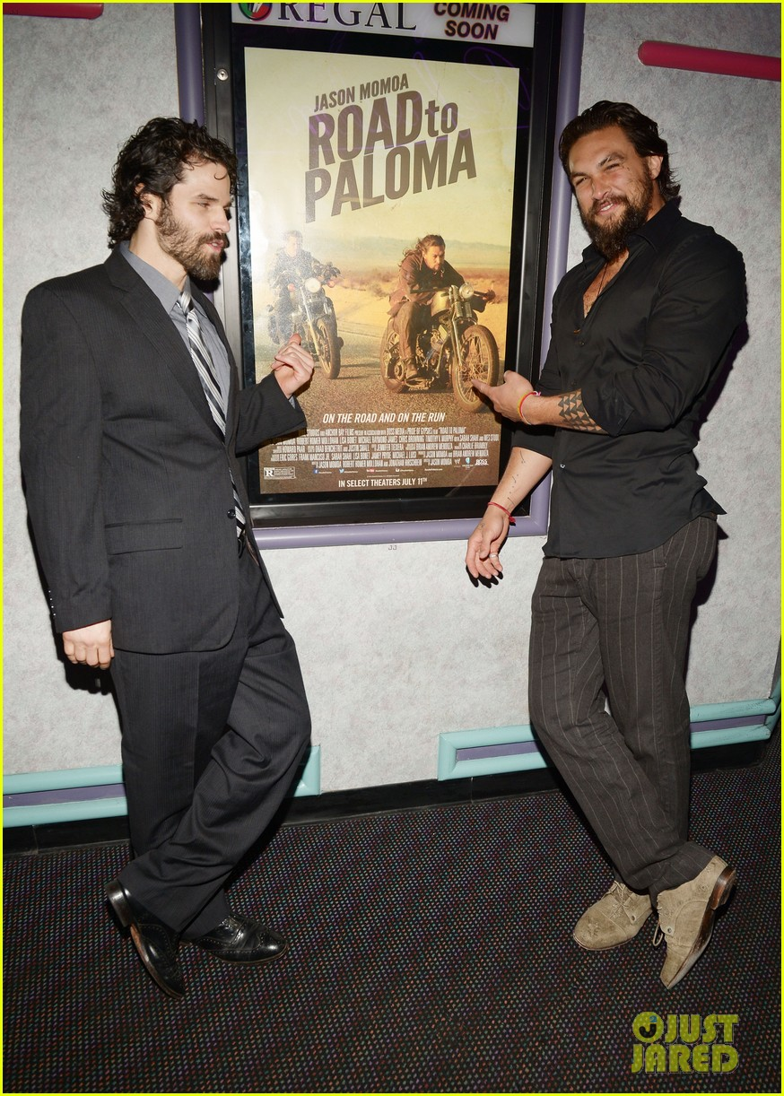 jason momoa proves master at posing for fan photos 203090868