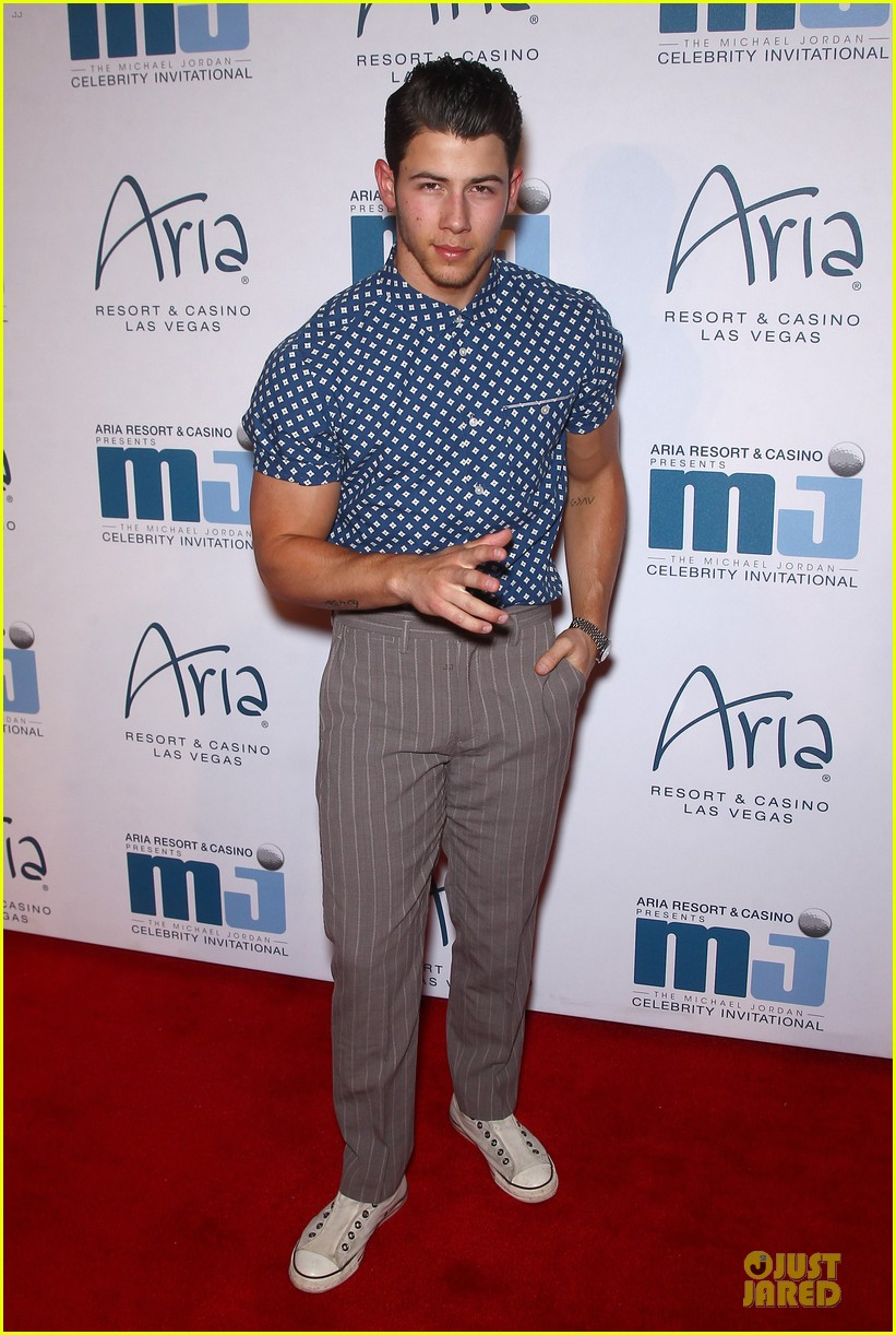 nick jonas bulging muscles pop out in vegas 033085074