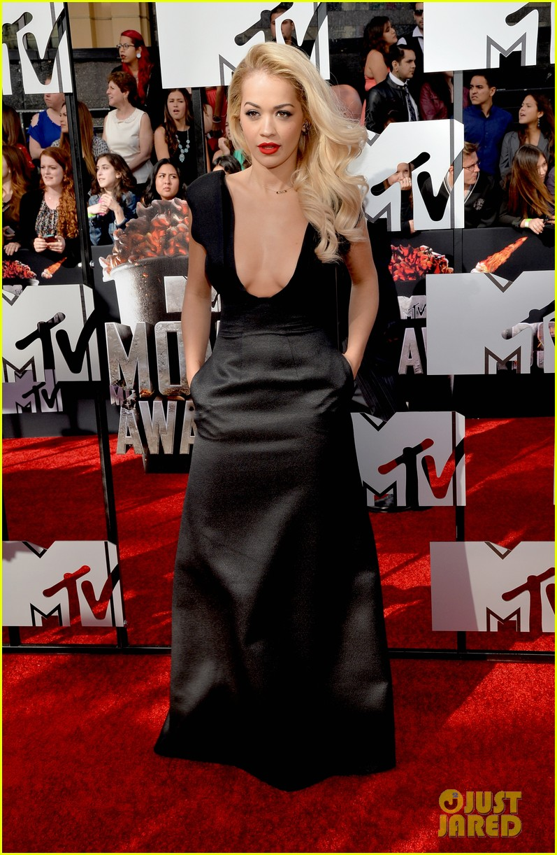 rita ora rocks plunging neckline at mtv movie awards 2014 013091193