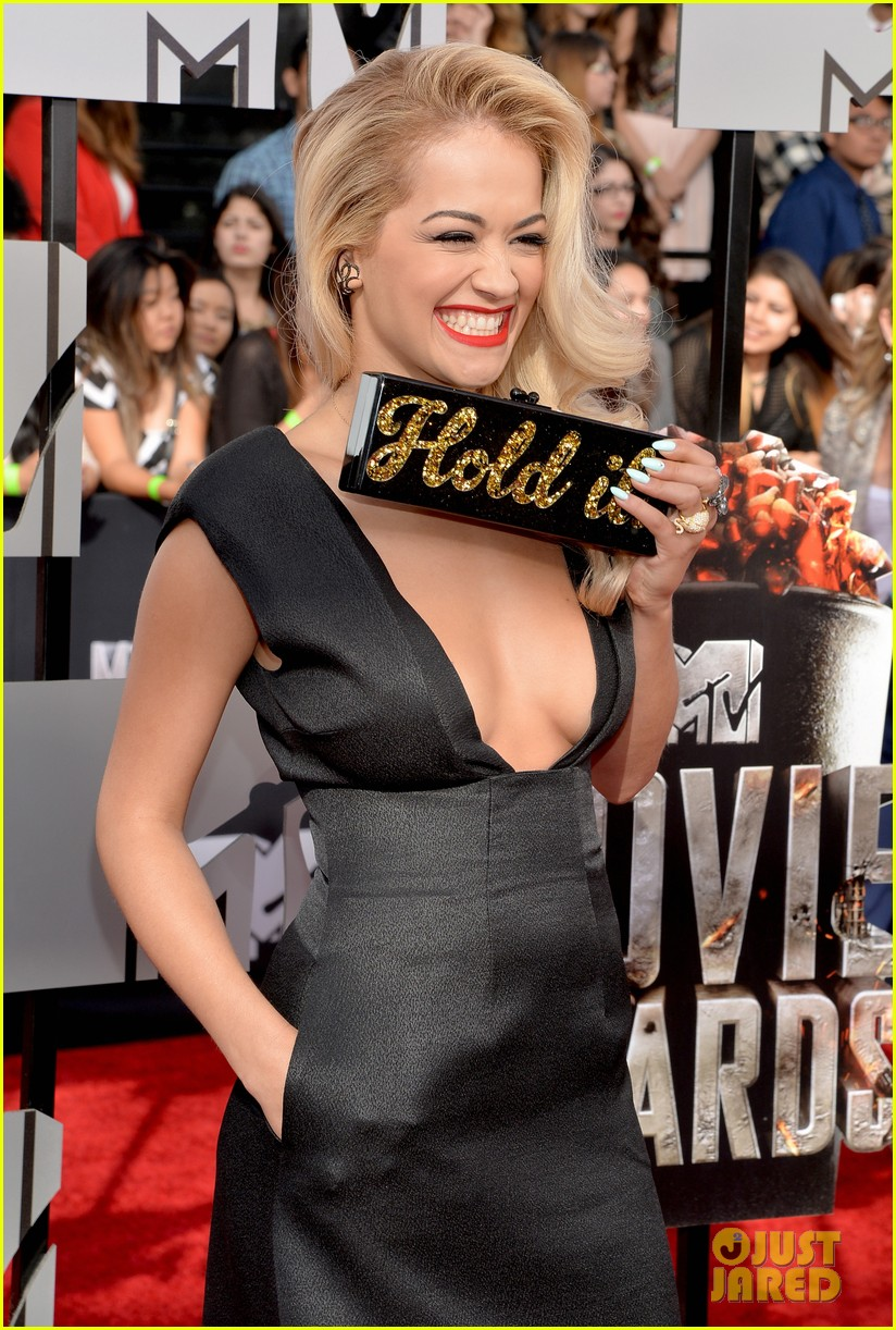 rita ora rocks plunging neckline at mtv movie awards 2014 063091198