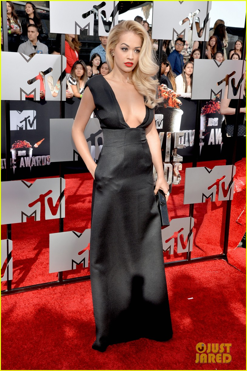rita ora rocks plunging neckline at mtv movie awards 2014 073091199