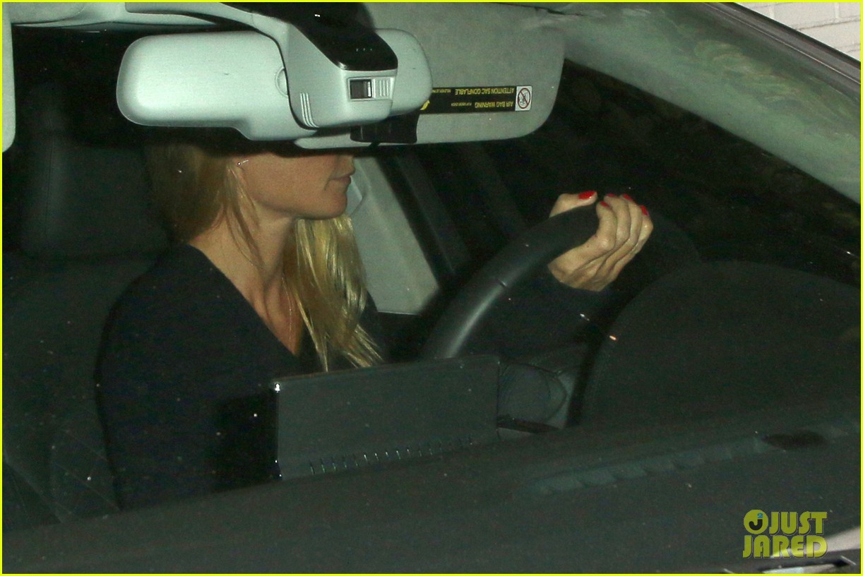 gwyneth paltrow takes off wedding ring for night out 013088398