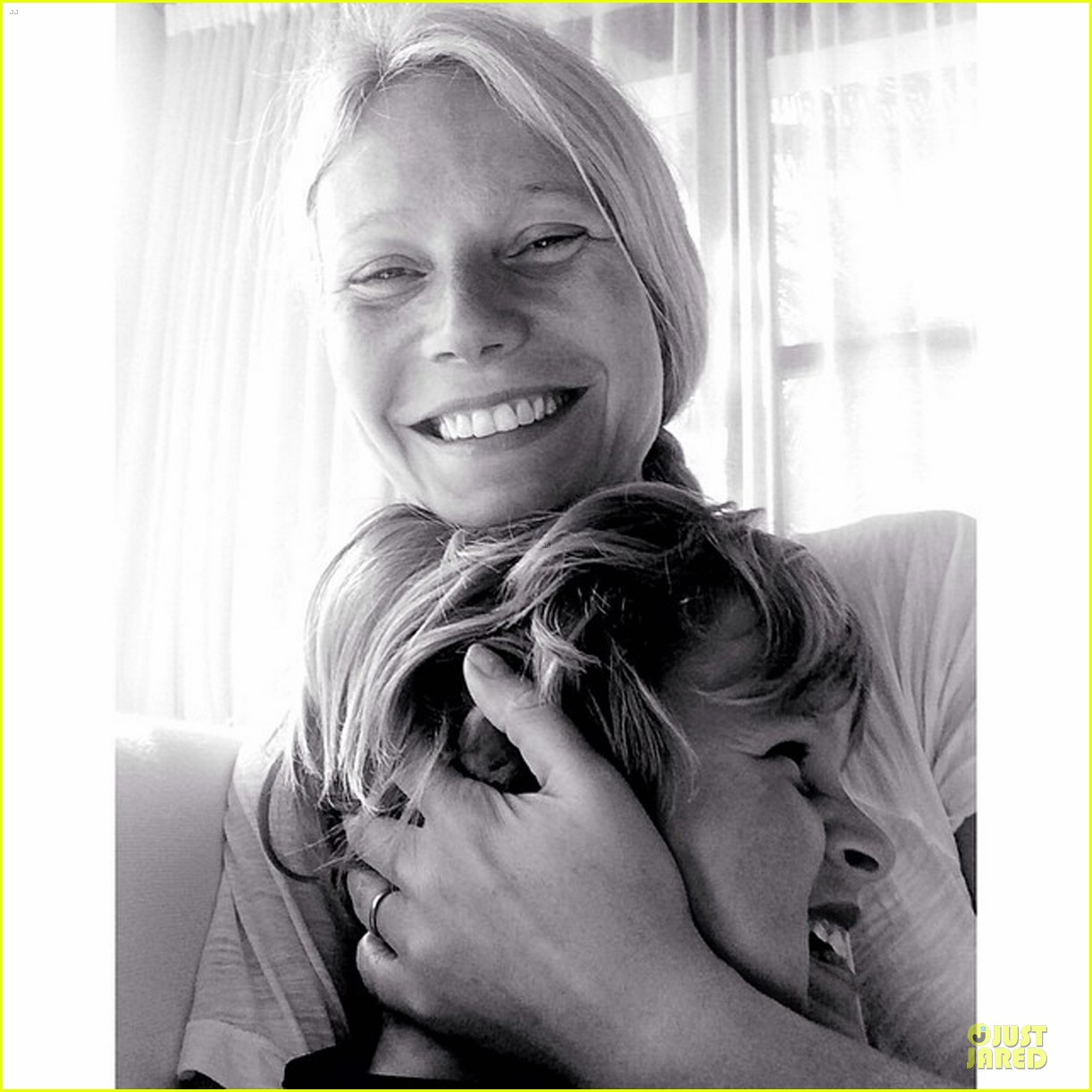 gwyneth paltrow continues to wear wedding ring 013087060
