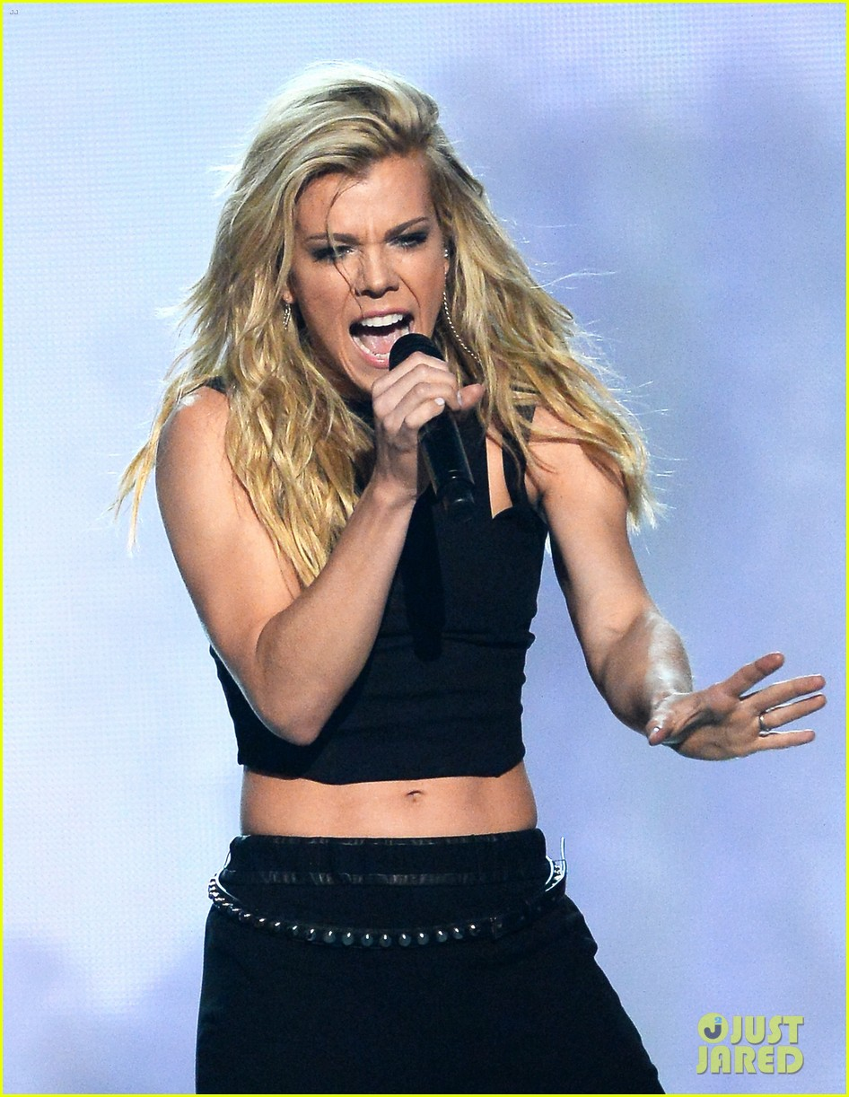 band perry performs chainsaw at acm awards 2014 013085856