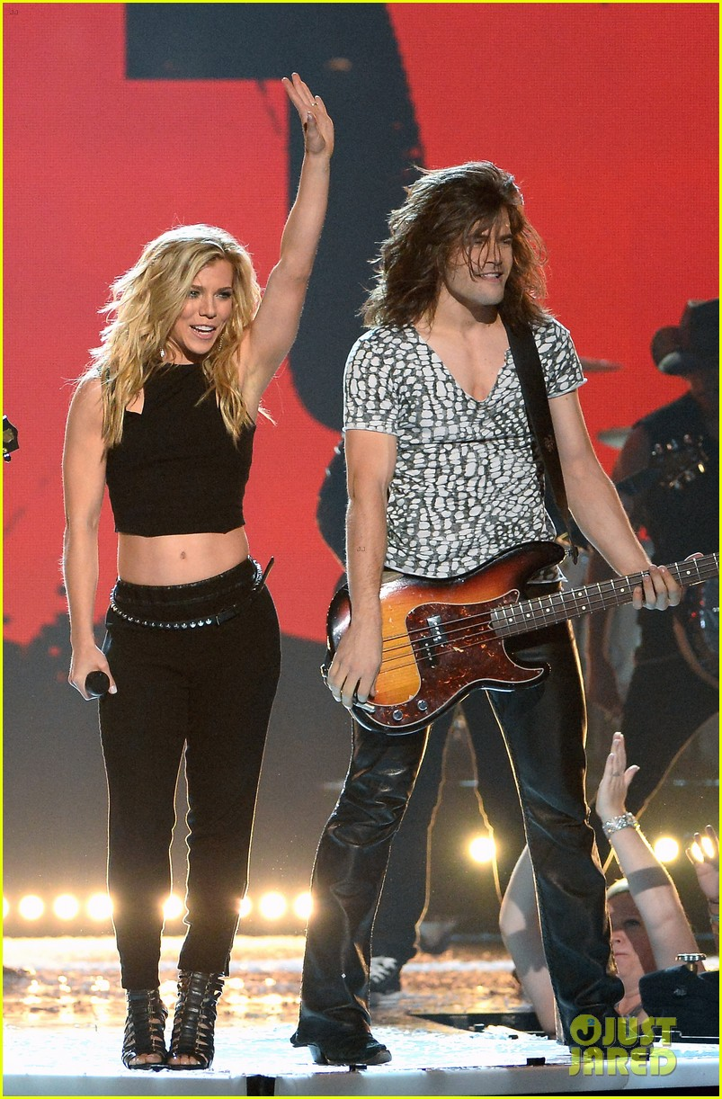 band perry performs chainsaw at acm awards 2014 023085857