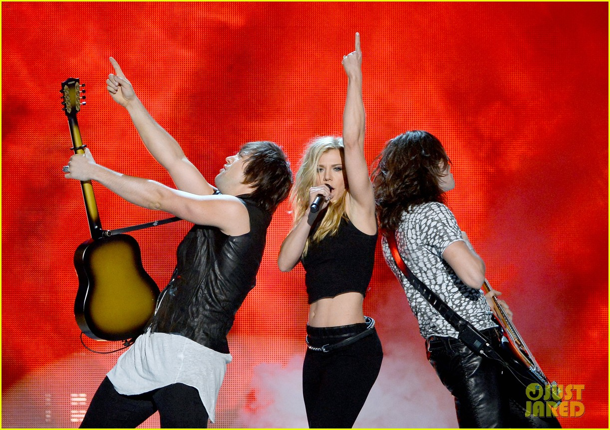 band perry performs chainsaw at acm awards 2014 033085858