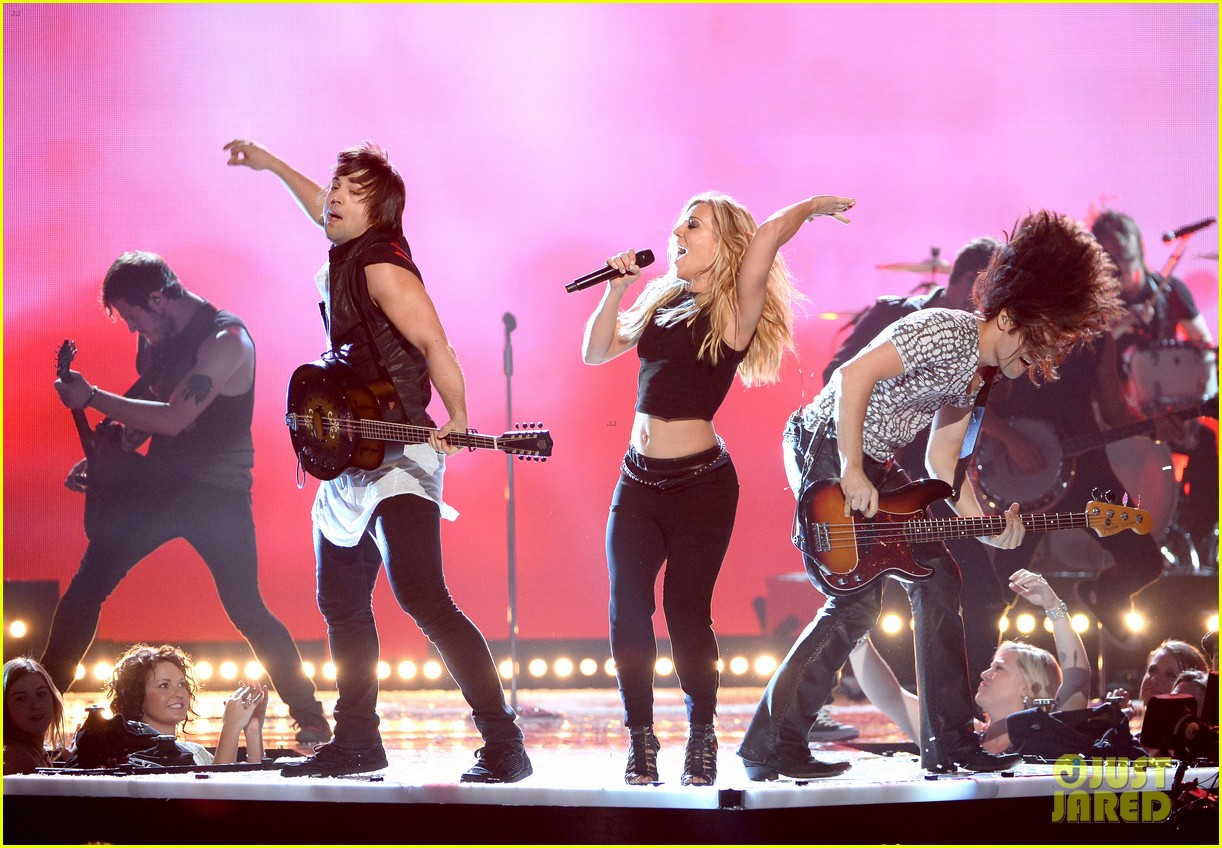 band perry performs chainsaw at acm awards 2014 043085859