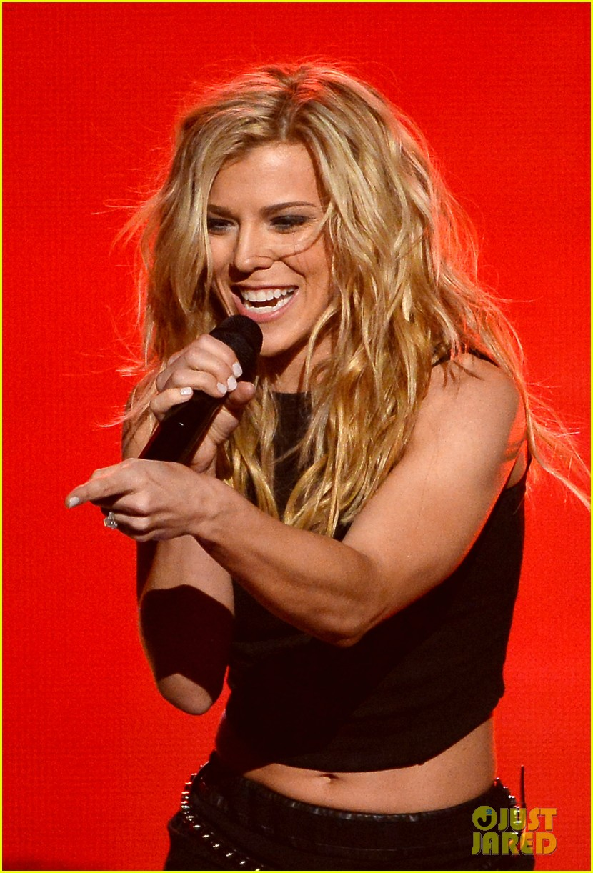 band perry performs chainsaw at acm awards 2014 073085862
