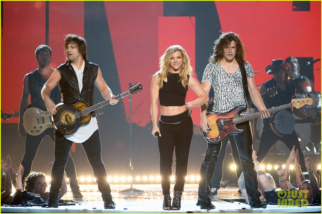 band perry performs chainsaw at acm awards 2014 103085865