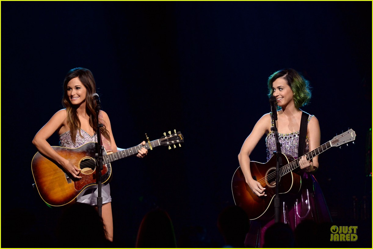 katy perry kacey musgraves performing at cmt crossroads 023095097