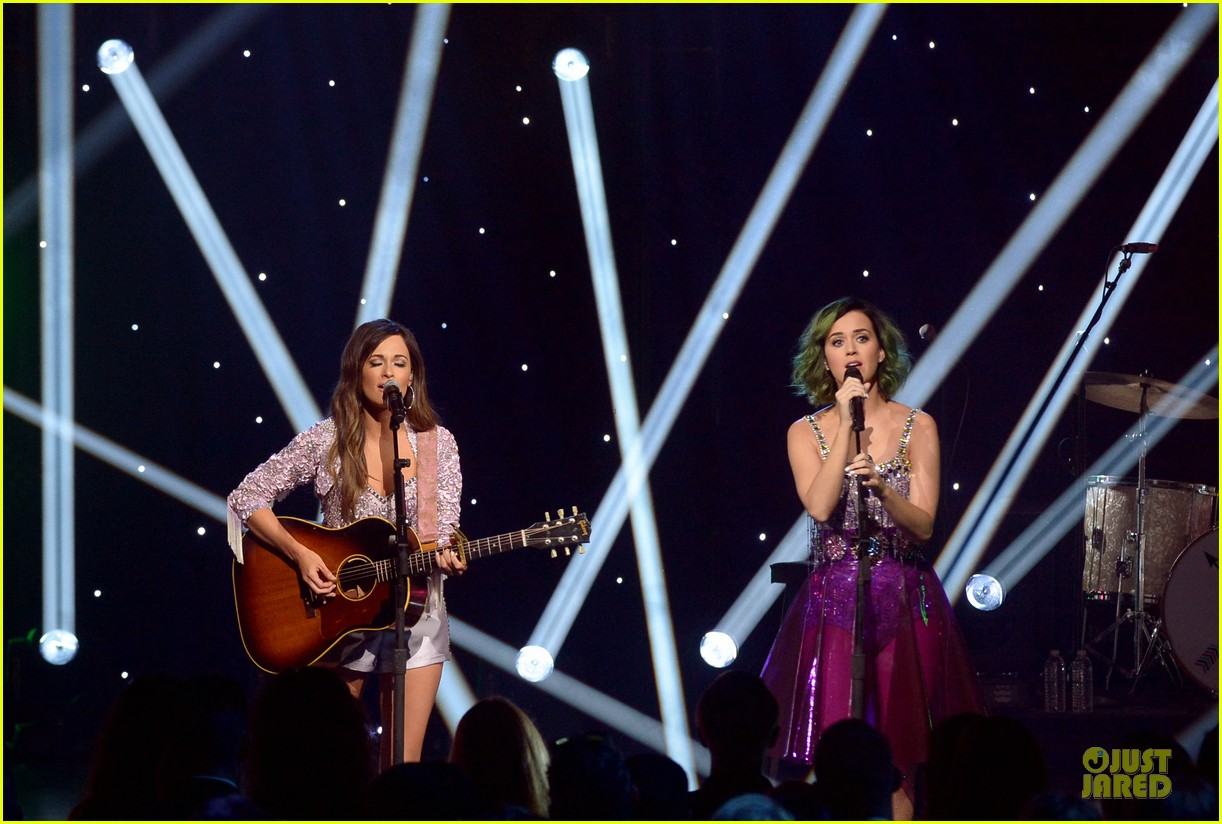 katy perry kacey musgraves performing at cmt crossroads 08