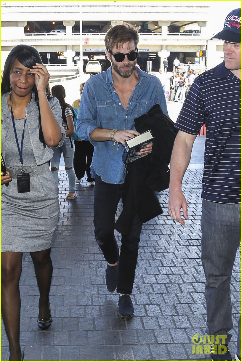 chris pine brings lindbergh along for trip to london 06