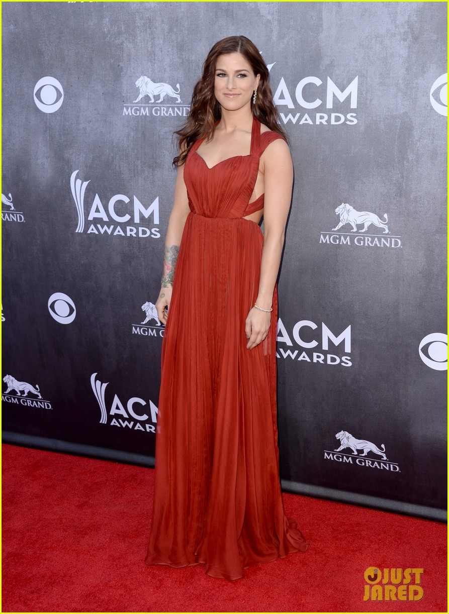 cassadee popes dress perfectly compliments red carpet at acm awards 2014 01