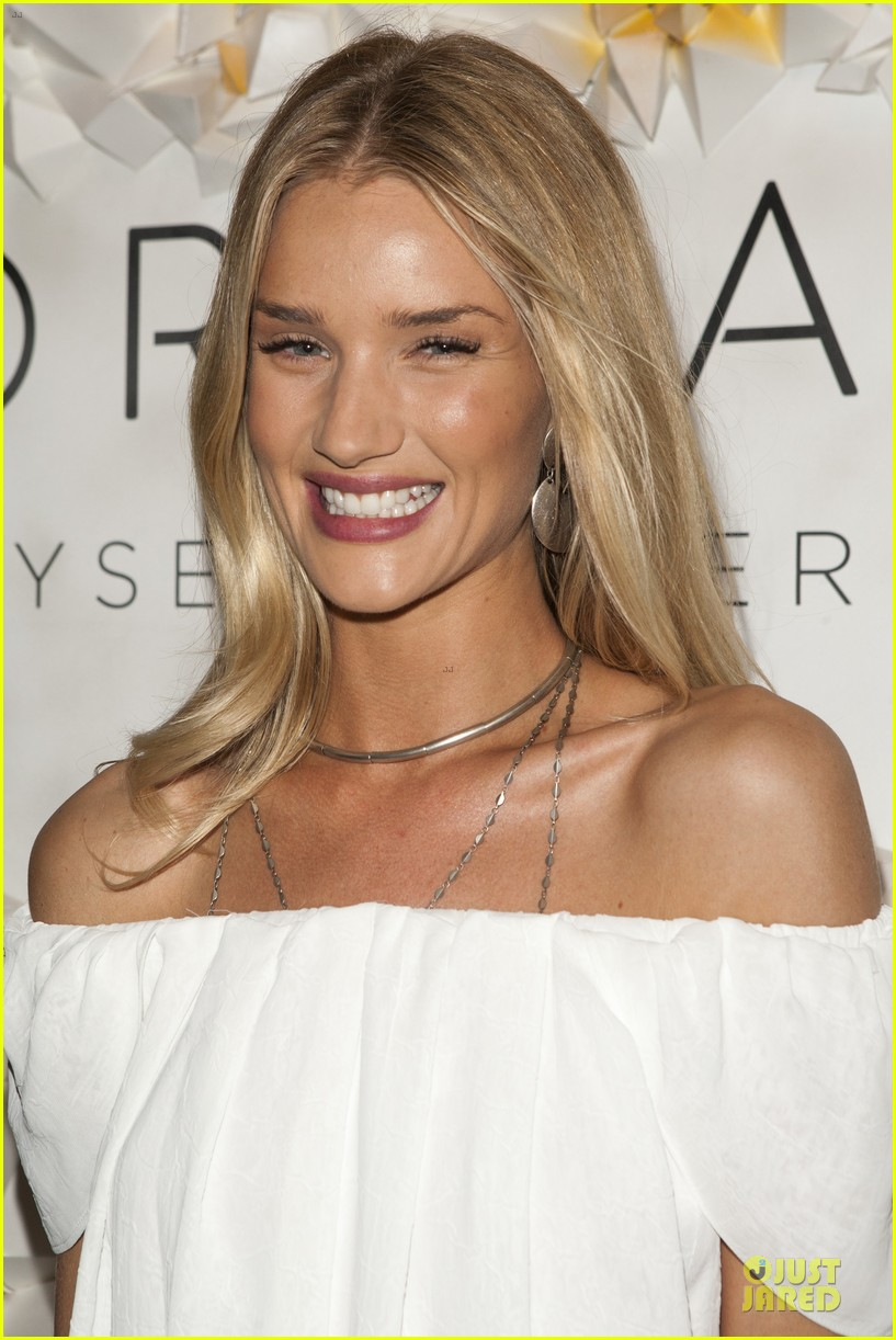 rosie huntington whiteley hosts desert social coachella 13