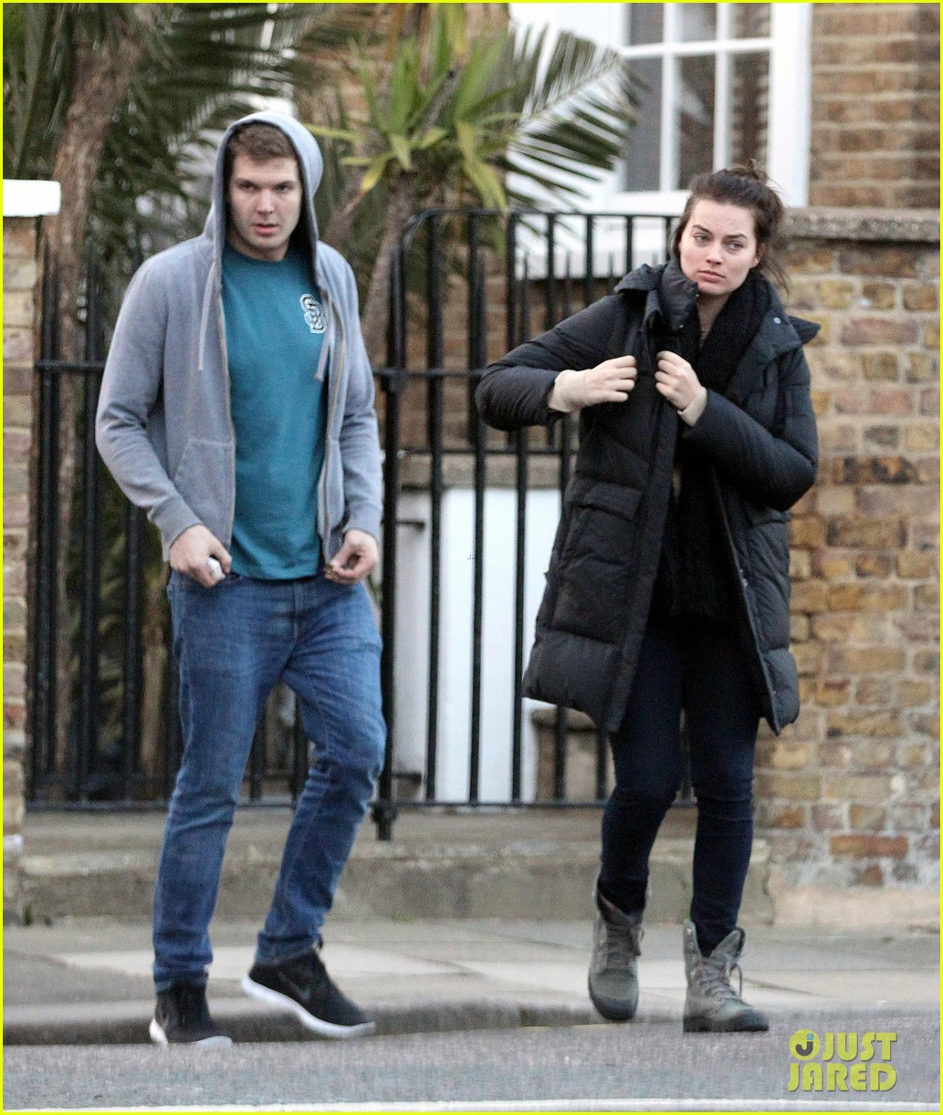 margot robbie makes time for her friends in london 063087856