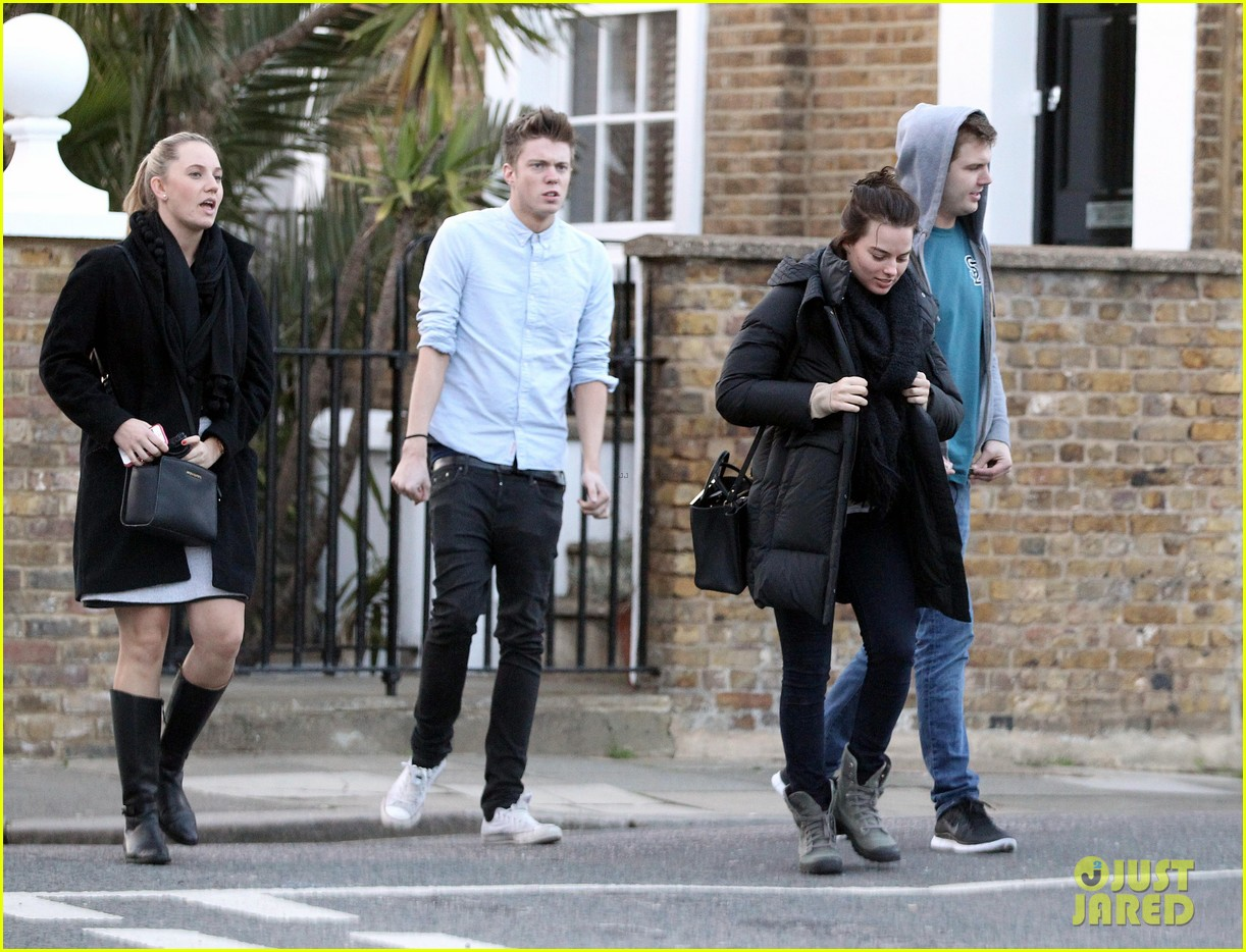 margot robbie makes time for her friends in london 183087868