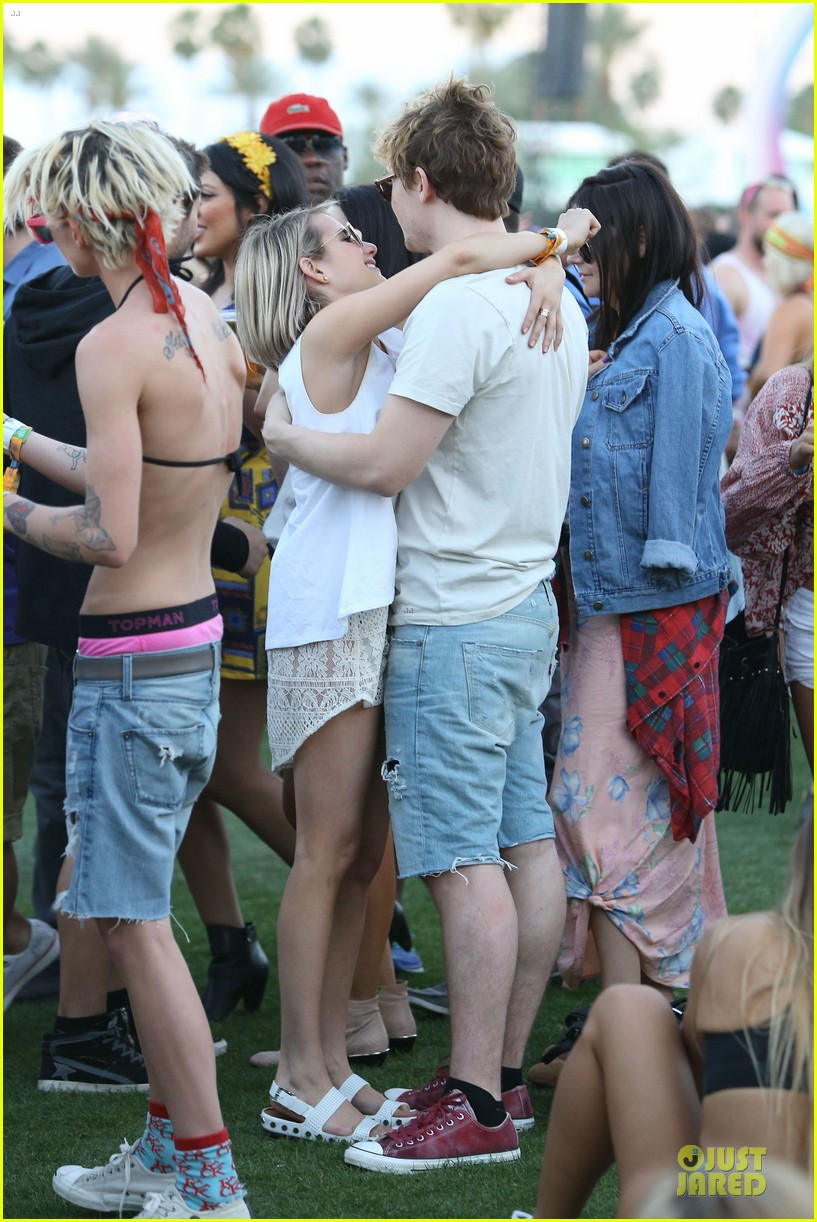emma roberts evan peters kiss at coachella 15