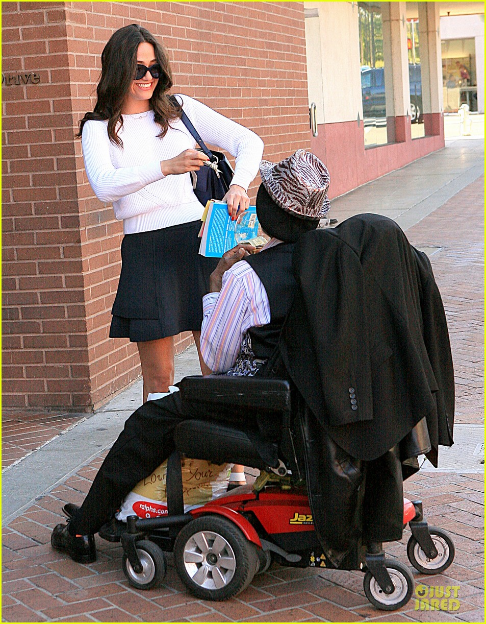 emmy rossum giving nature to homeless man 09