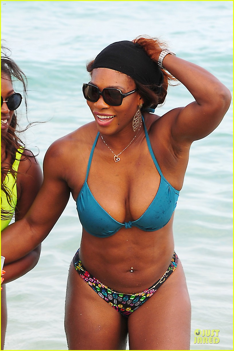 serena williams embracing boobs in fitness 063093547