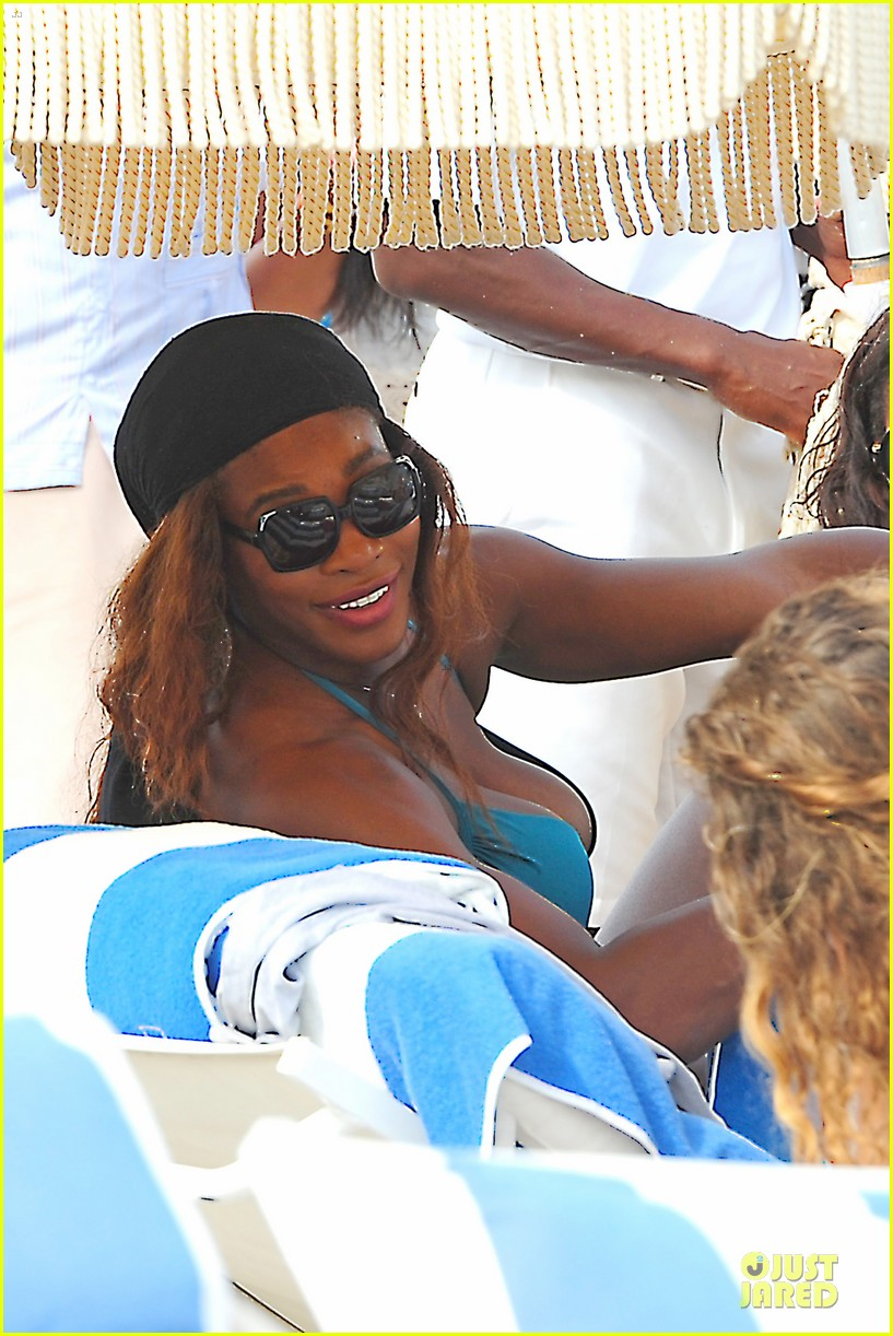 serena williams embracing boobs in fitness 103093551