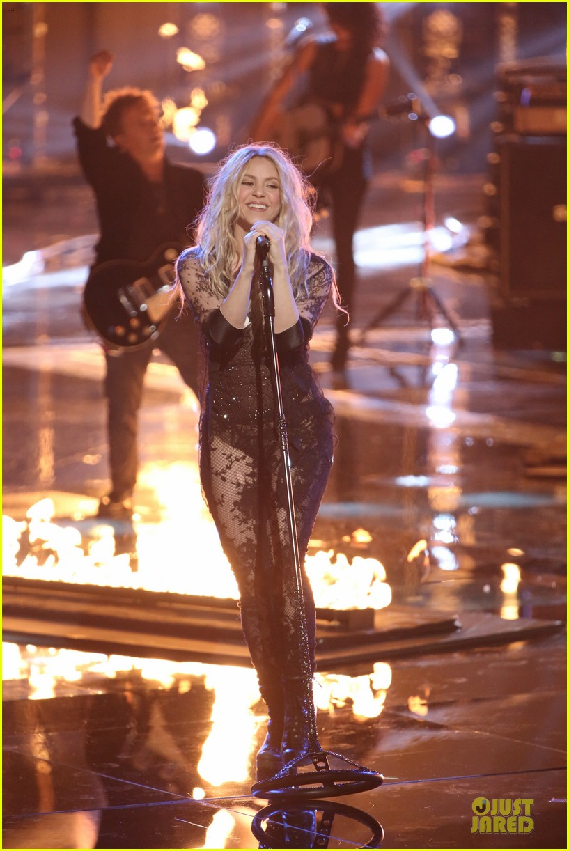 shakira performs empire on the voice 033097035