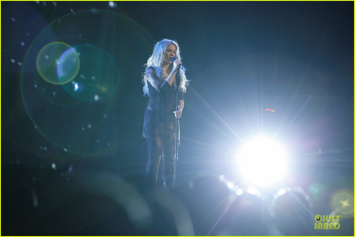 shakira performs empire on the voice 043097036
