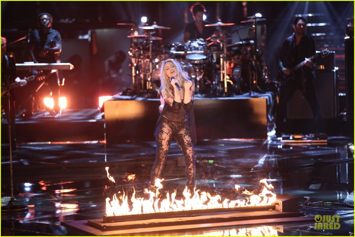 shakira performs empire on the voice 063097038