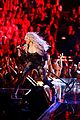 shakira performs empire on the voice 01