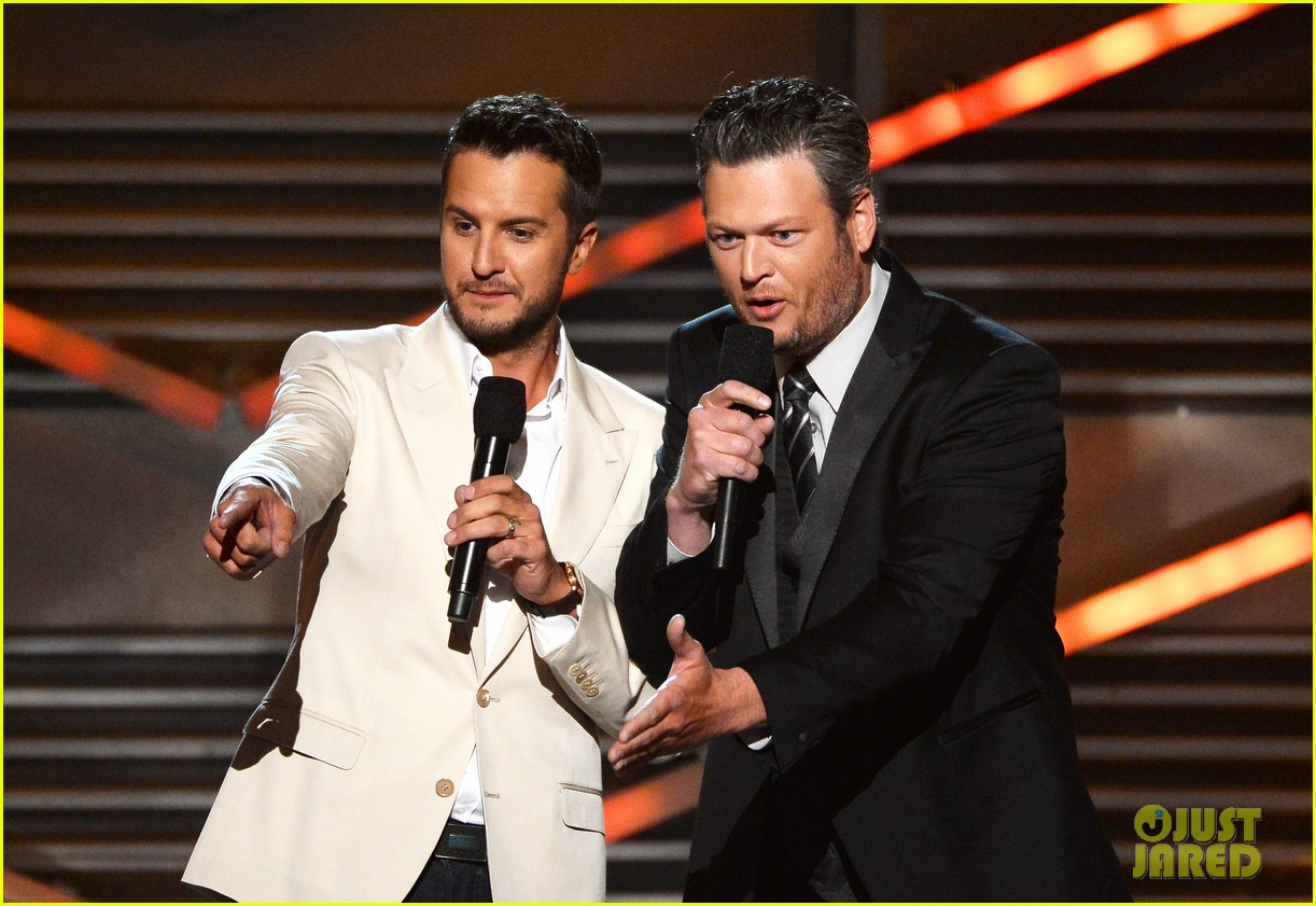 blake shelton disses britney spears at acm awards 2014 053085846