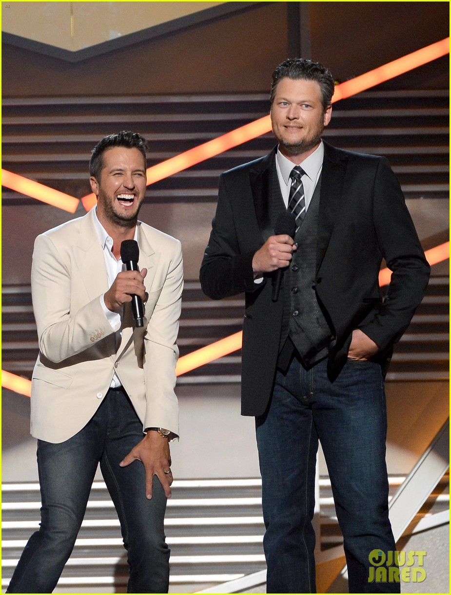 blake shelton disses britney spears at acm awards 2014 063085847
