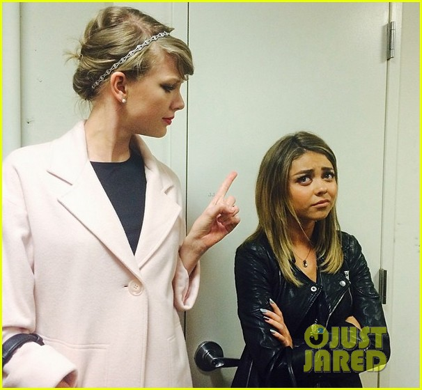 taylor swift gives her pal sarah hyland the finger see the hilarious pic 033098326