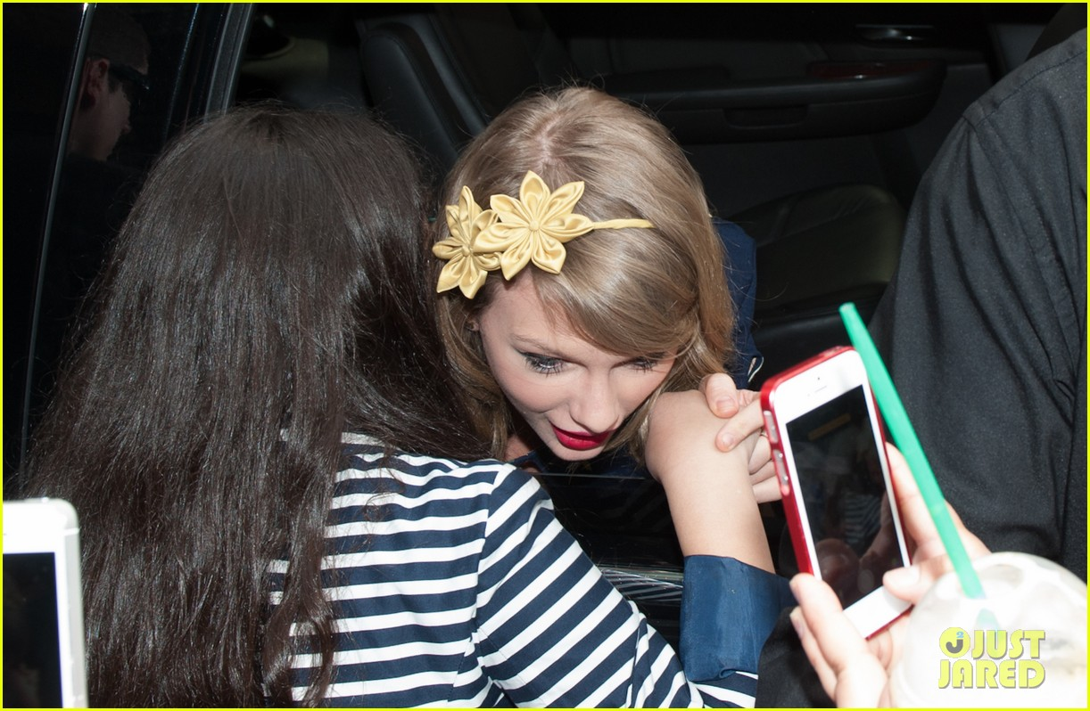 taylor swift celebrates earth day by going flower shopping 013096826