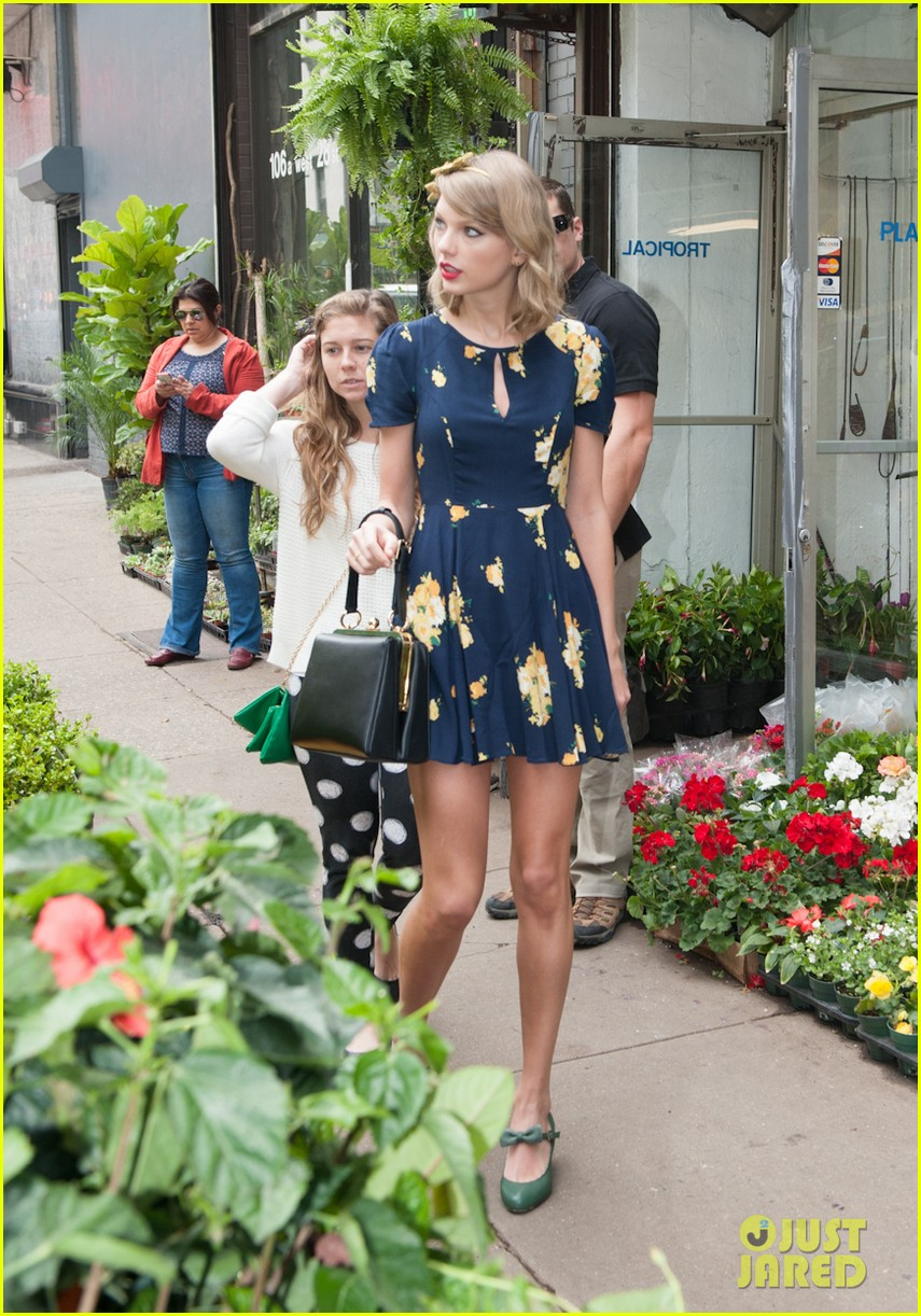 taylor swift celebrates earth day by going flower shopping 023096827