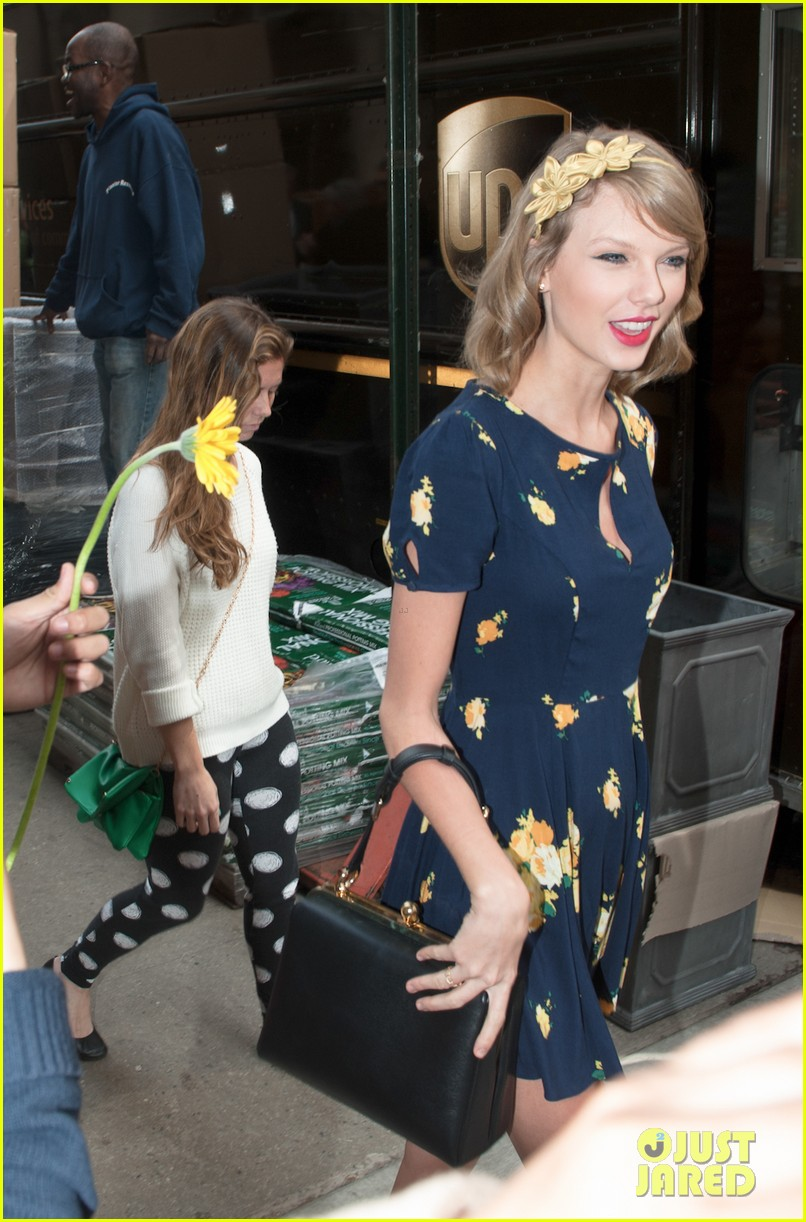 taylor swift celebrates earth day by going flower shopping 033096828