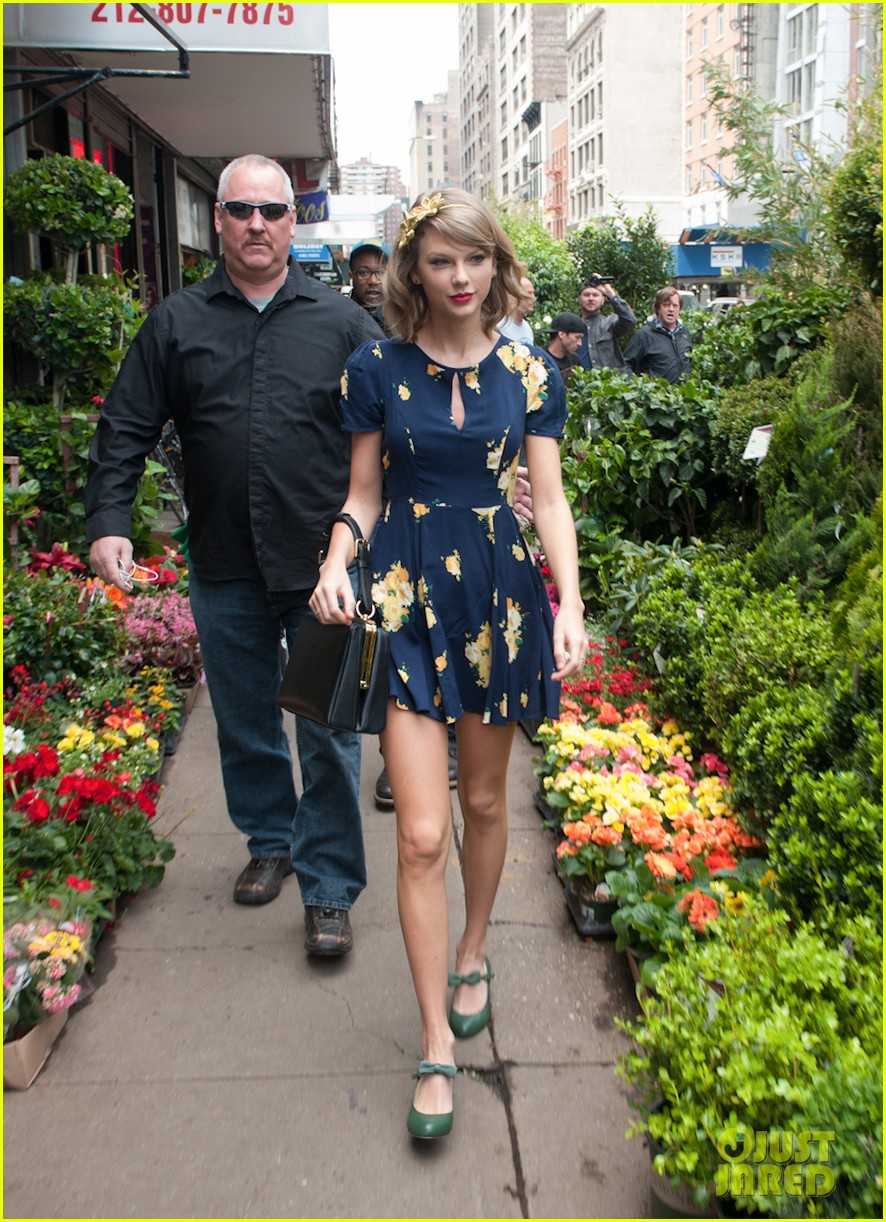 taylor swift celebrates earth day by going flower shopping 043096829