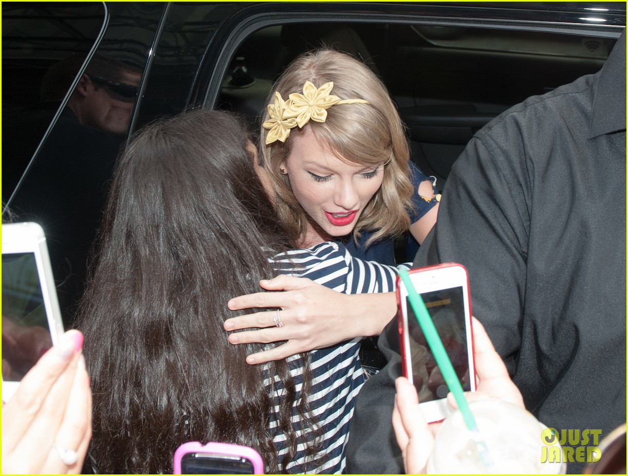 taylor swift celebrates earth day by going flower shopping 07