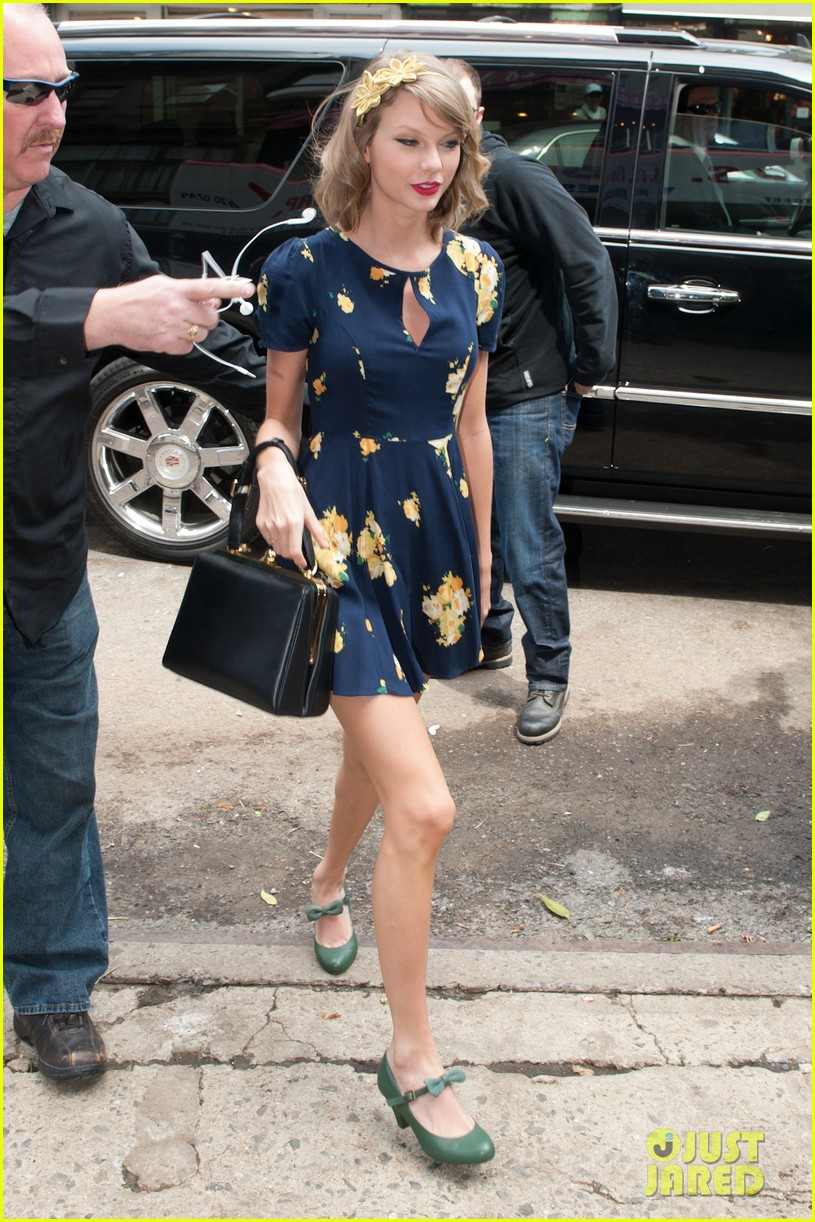 taylor swift celebrates earth day by going flower shopping 083096833