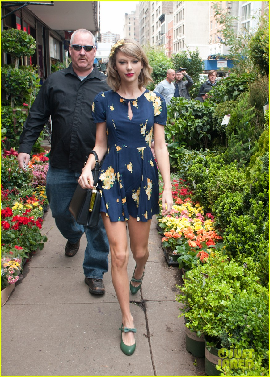 taylor swift celebrates earth day by going flower shopping 113096836