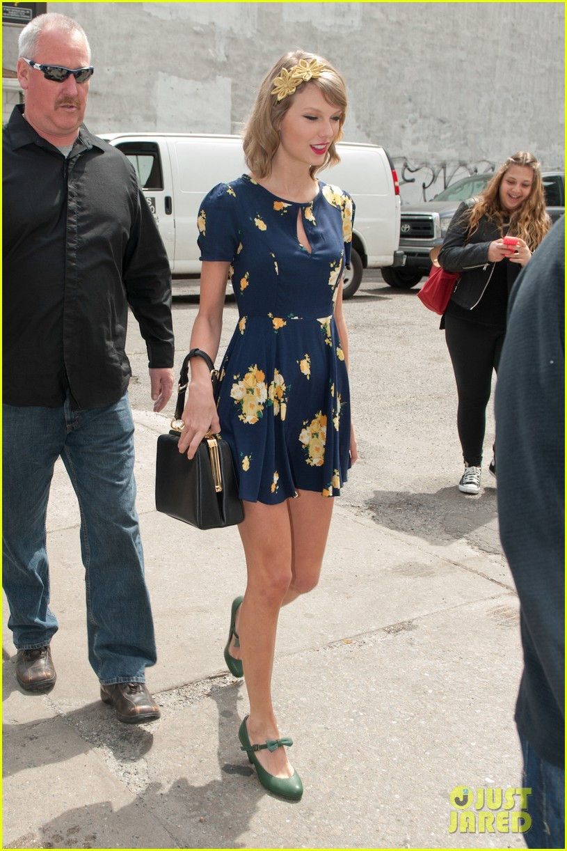 taylor swift celebrates earth day by going flower shopping 123096837