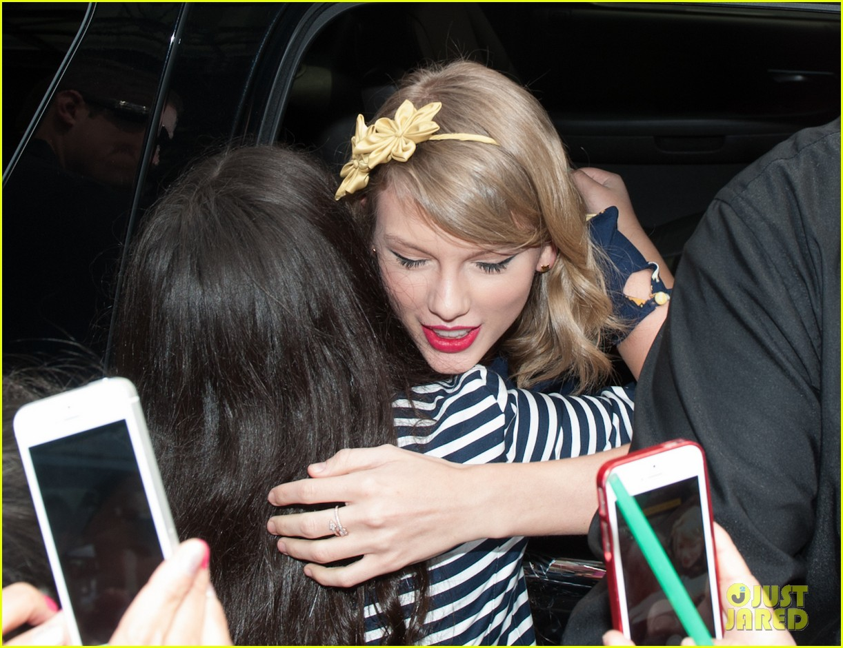 taylor swift celebrates earth day by going flower shopping 143096839