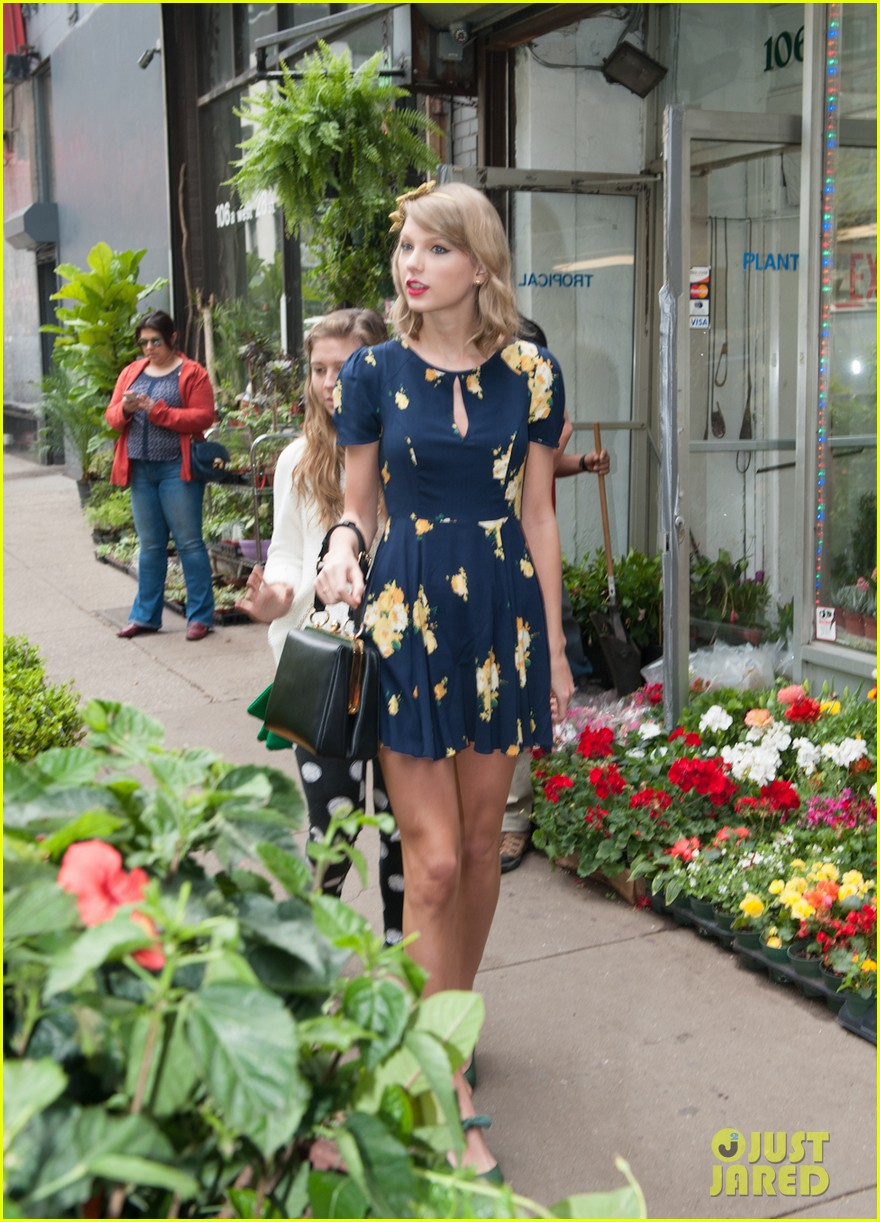 taylor swift celebrates earth day by going flower shopping 163096841