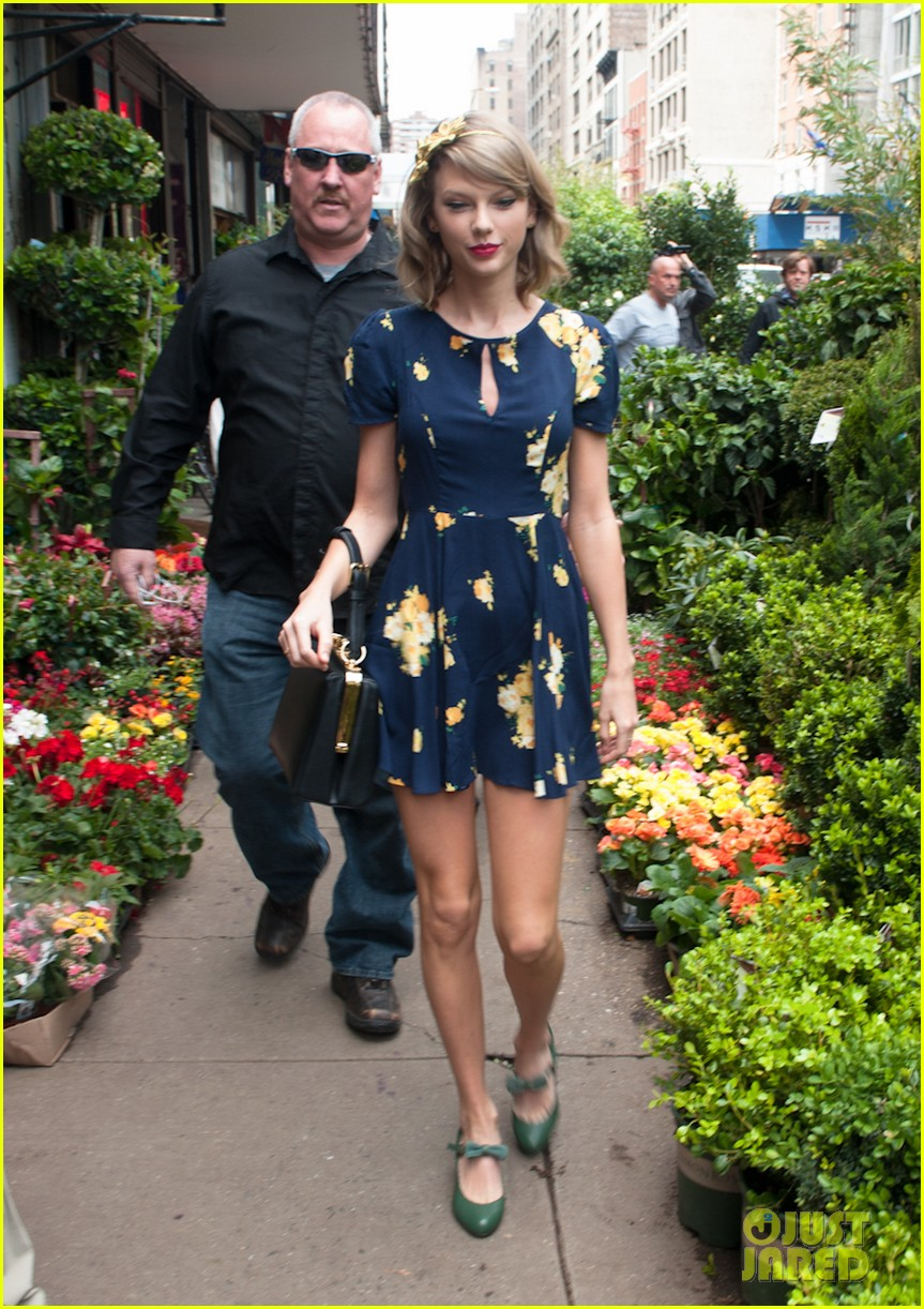 taylor swift celebrates earth day by going flower shopping 183096843