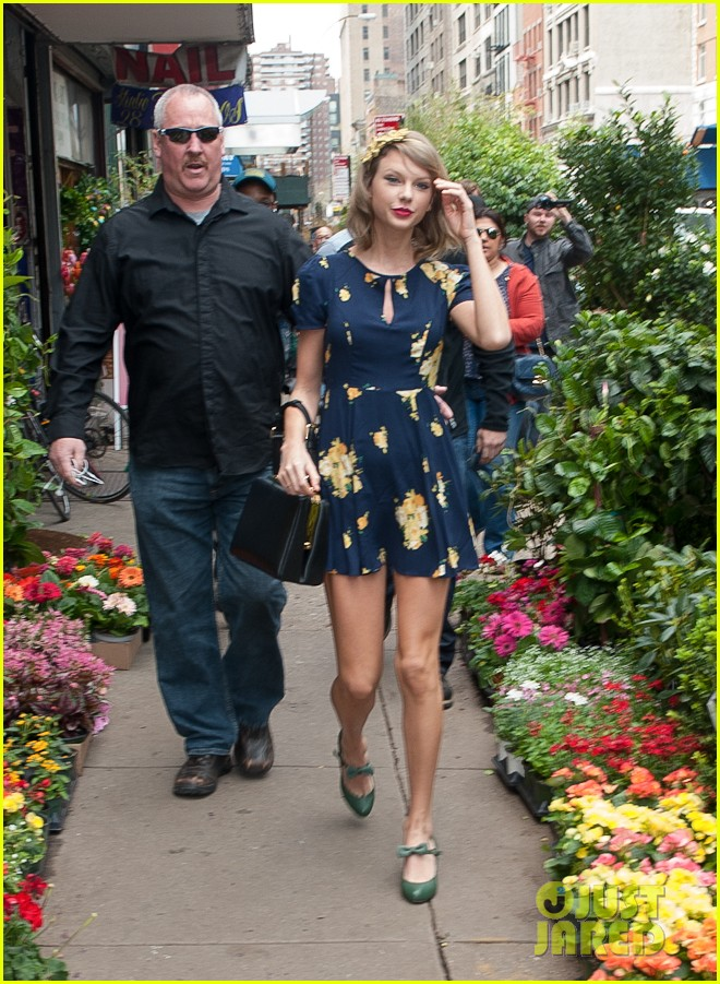 taylor swift celebrates earth day by going flower shopping 193096844