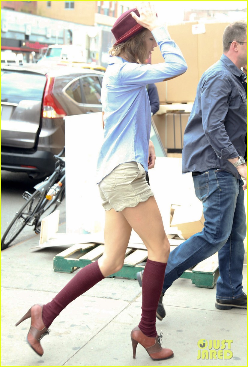 taylor swift wears knee high socks heels looks so cute 143097606